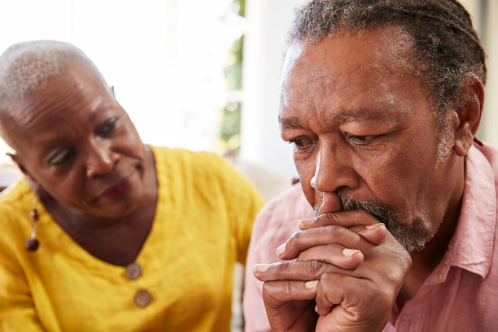 Mulher oferecendo apoio à parceiro com depressão