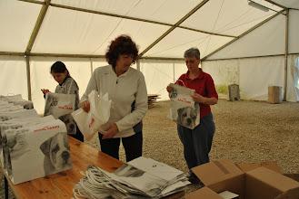 Photo: Mathilde, Claudine et Aline à la préparation des cadeaux concurrents