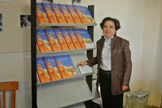Photo: Anh Tram au stand de livres de Mère Alix Leclerc
