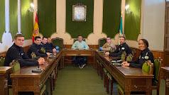 Los nuevos agentes con el alcalde, Juan Carlos Lupión.