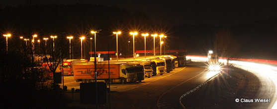 Photo: Raststätte Siegerland Ost bei Nacht.