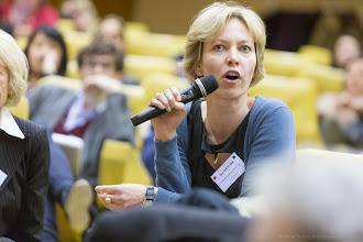 Photo: Ana Reiche posant une question lors du colloque- Photo Olivier Ezratty