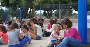 Leyendo cuentos, compartiendo aventuras y diversión en una de las actividades internivelares del Día del Libro.