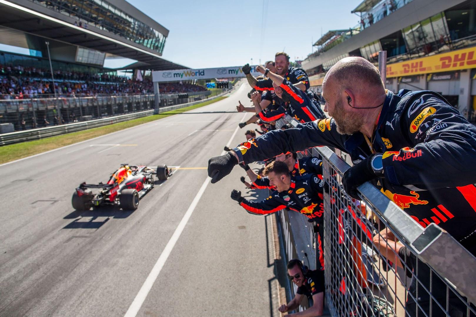 F1第9戦オーストリアGPでフェルスタッペンのトップチェッカーを喜ぶクルー