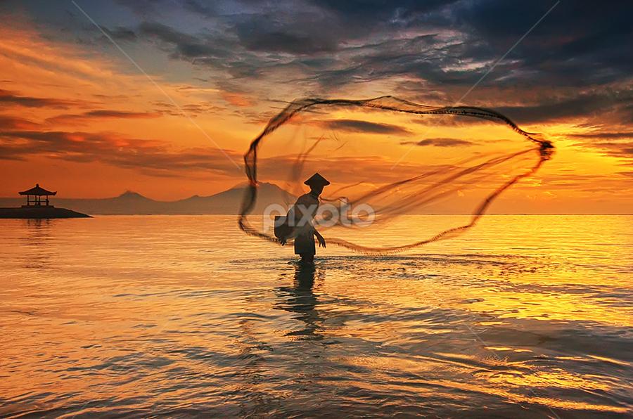 The Last Throw by Hendri Suhandi - People Street & Candids ( bali, sanur, fisherman )