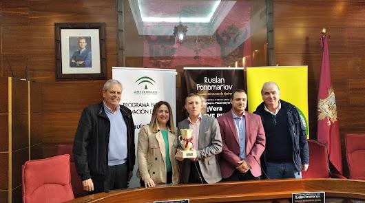 Vera recibe al campeón Ruslan Ponomáriov con el mejor ajedrez de la provincia