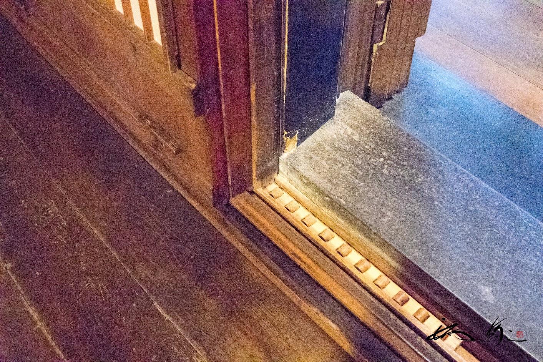 四重の扉、溝には木のコロ
