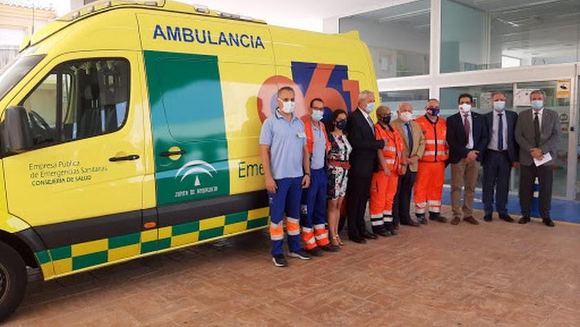 Profesionales de la base del 061 de Vera junto a autoridades durante su inauguración, el 20 de julio.