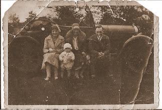 Photo: Met de auto kwamen oom Ludwig en tante Maartje uit Den Haag, een bezoek brengen aan Egmond met mijn nichtje Marita. Een hele reis in die tijd. Er waren toen weinig auto's op de weg. De mensen rechts herken ik niet. Later in de jaren 50- 60 kwamen ze ons bezoeken met de volkwagen kever. Twee gezinnen met achterin de kinderen op schoot, toen kon dat nog.