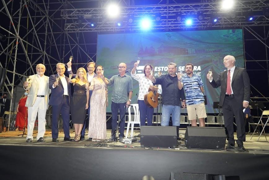 Desde el escenario, brindando con los más de 800 asistentes a la jornada organizada por Objetivo AVE Almería.
