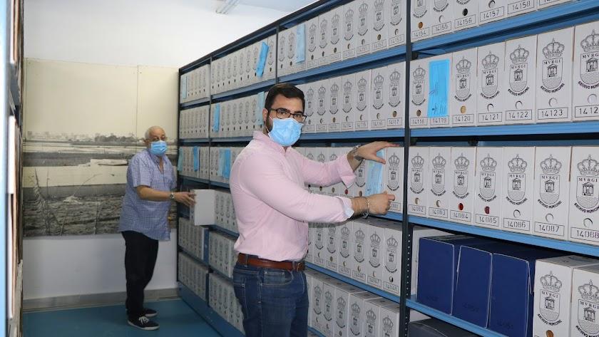 El titular del Archivo Municipal, José Cristian Callejón, junto a un trabajador municipal.