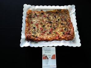 Photo: Pizza Mediterrània (Tonyina, pebrots vermell, olives negres i verdes, formatge ratllat i orenga)