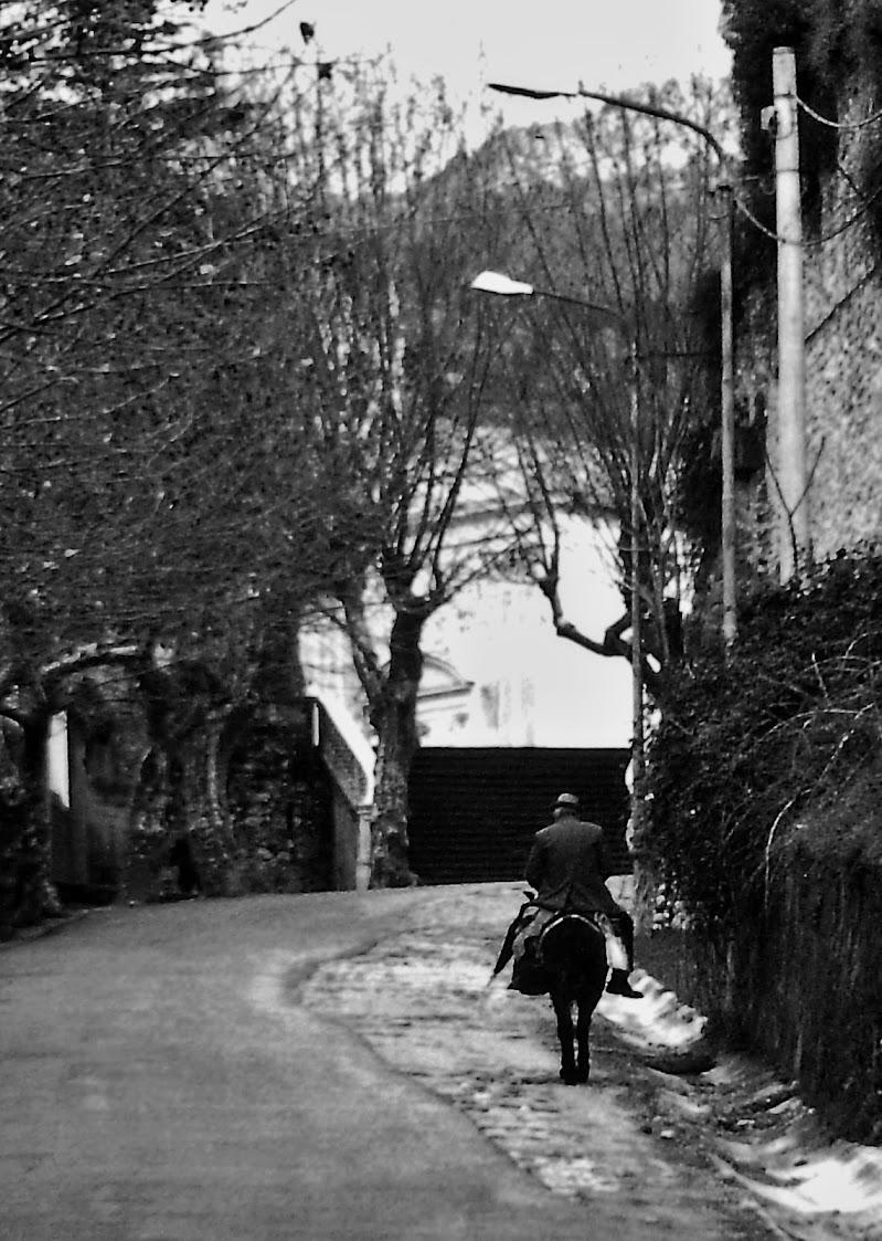 Lungo antiche strade, in salita... di Francesco Abate