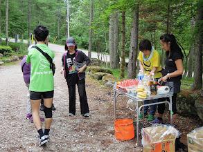 Photo: アやっちとフラのエイドでみんな癒される、コースは結構きつい山道アップダウン大変、最後の上りはほとんど歩いている。