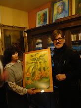 Photo: Stasia wręcza mi swój piękny obraz przedstawiający kwiaty datury czyli anielskie dzwony.