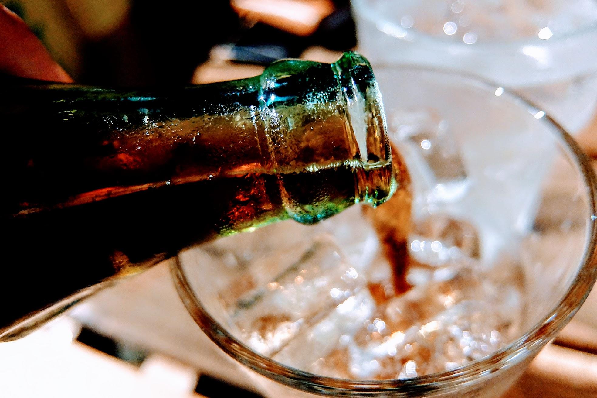 飲料可以自行倒入放滿冰塊的杯子內,只是這樣做氣泡一下子就跑掉,又稀釋的很快,到最後就是直接拿瓶子喝...