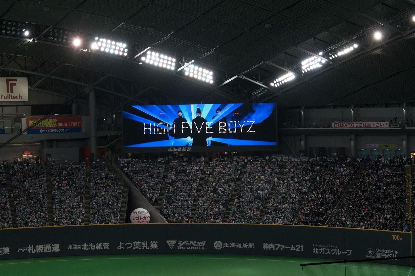 宇宙からやってきた「HIGH FIVE BOYZ」登場!