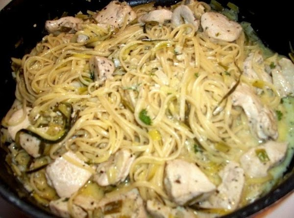 Return the zucchini and chicken back to the pan.   Drain linguine - I don't...