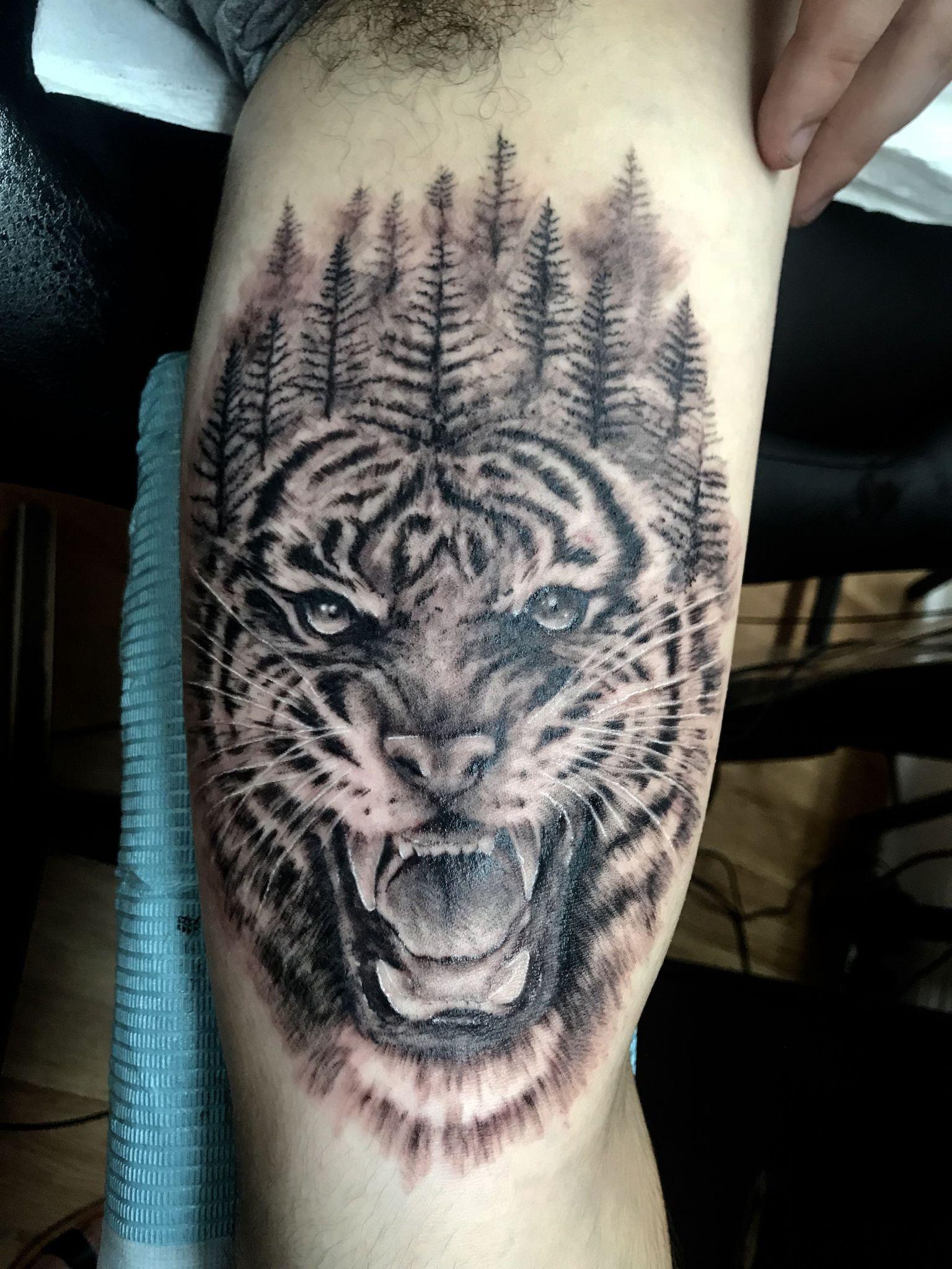 ลายสักเสือ ภาพเหมือนขาวดำ