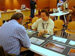 Photo: Paolo CARTAGINE legge il portfolio di Gigliola COLAUSIG