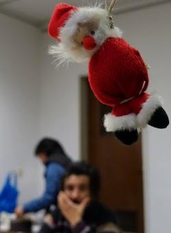 Weihnachtsmannpuppe am Strick.