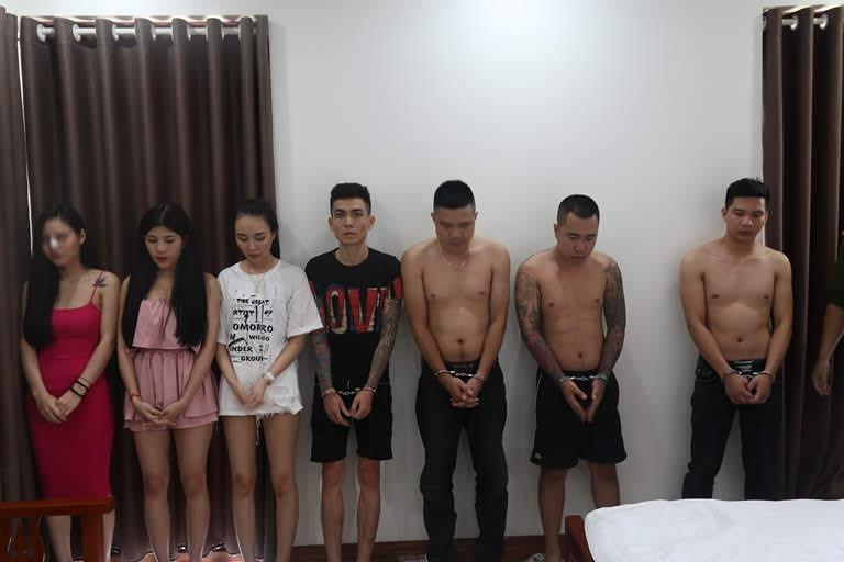Các đối tượng bị Cảnh sát phát hiện ma túy trong khách sạn. (Ảnh: Công an Vĩnh Phúc).