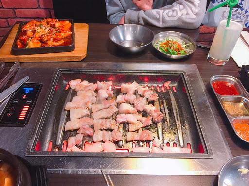 愛吃肉的 就點三人套餐吧 雖然沒有到很飽很飽 但在沒有主食的情況下這樣算不錯的👍 食材新鮮 東西道地 連店員也是真正的韓國人 感覺就像真的在韓國一樣  吃過姜虎東的話 姜虎東真的是韓式烤肉第一名 這