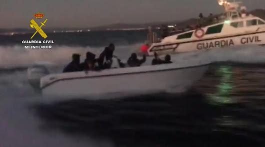 Detienen al patrón de una patera con 15 personas a bordo