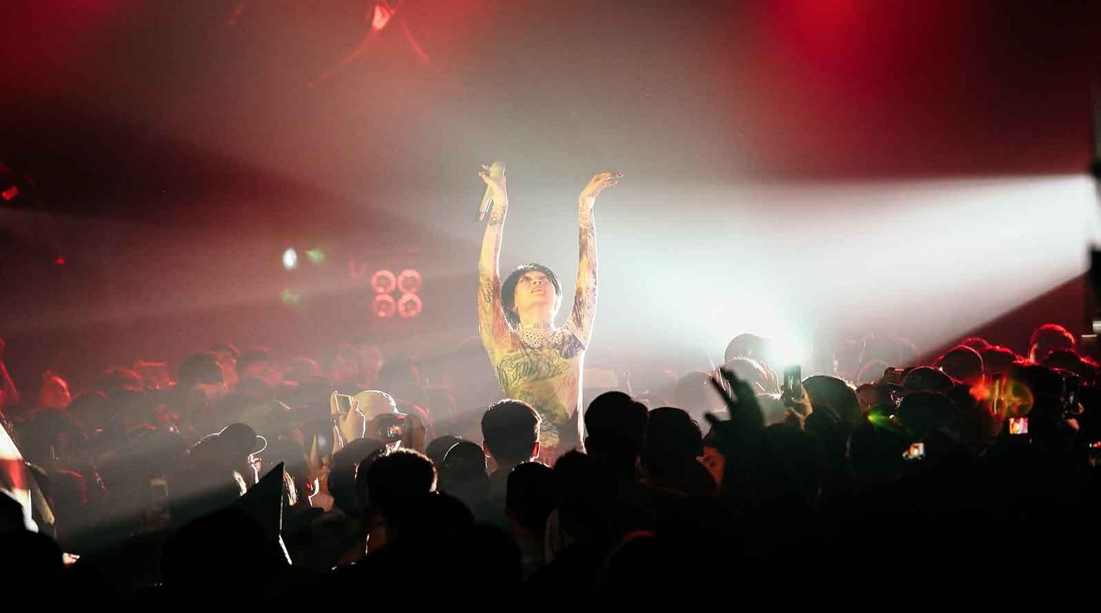 【迷迷現場】星期三的康帕內拉自嘲超級雨女 打造巨型金屬戰車環繞全場 即興演出讓全台北都瘋狂