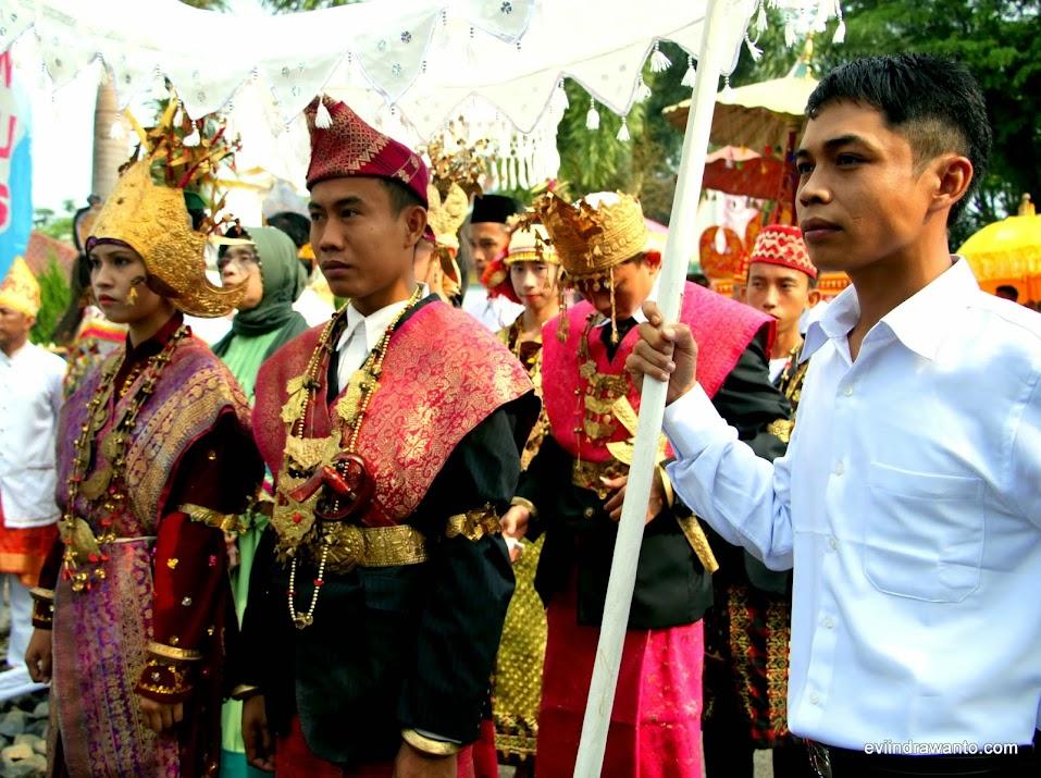 Pengiring pemberian adat di Lampung menggunakan busana pengantin pengetaan adokh