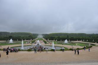 Photo: Rozloha Versailleských zahrad je okolo 100 hektarů a délka promenády od zámku do jejich nejzápadnějšího okraje je 950 m. Jsou typem francouzské zahrady esteticky a účelně členité mnohými terasami a fontánami, ozdobené množstvím soch a sousoší.