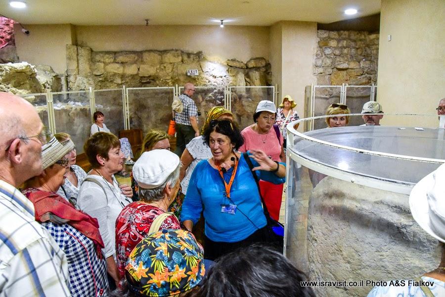 Гид по Святой земле Светлана Фиалкова на экскурсии в крипте церкви Венчания. Кана Галилейская, Израиль.