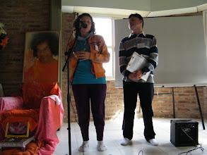 Photo: Cori ( Coord.de Servicios del Centro Sai Baba Rosario) invitando a los hermanos a colaborar en las distintas tareas que demande el Retiro