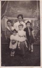 Photo: Maria Lavilla Alda (Esposa Vizarraga) con 4 de sus hijos.  (Fotografía de Araceli Herrero Vizarraga, y enviada por Monica Abad, nieta y bisnieta de Maria Alda)