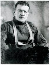 Photo: Sir ERNEST SHACKLETON, de origen irlandés, era un veterano de las expediciones polares. En 1901, con sólo 27 años, participó en una expedición que consiguió llegar a 1.198 km del Polo Sur. En 1908, lideró la expedición del Nimrod, que redujo la distancia a 156 km. Sus mejores cualidades eran la autoridad, la determinación y la lealtad a sus hombres. Corrió muchos riesgos y algunas veces se equivocó, pero su prioridad fue siempre el bienestar de su tripulación.