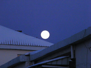 Photo: A late full bright moon above the roof of QRRS residential building. 今天是农历小雪:晚归的满月在雪后晨曦中。
