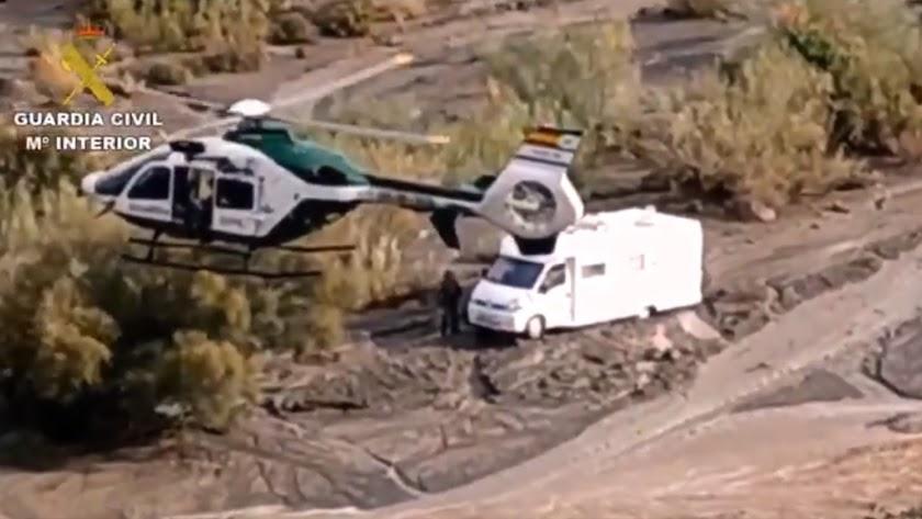 La Guardia Civil ha tenido que acceder en helicóptero a la rambla.