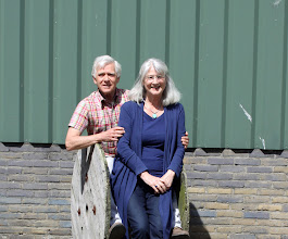 Photo: De achtergrond is de door Teun van der Leden gebouwde schuur op onze geboortegrond in Nieuwveen. De plek: Dorpsstraat 53