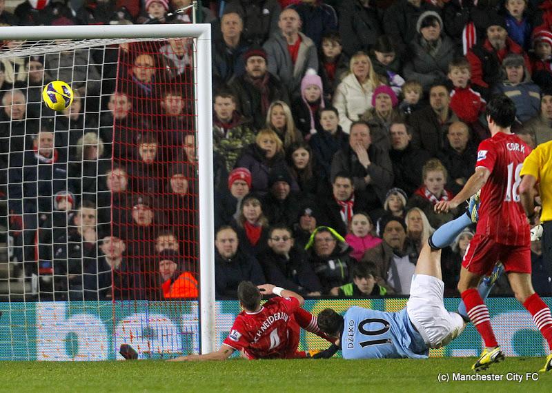 Photo: Manchester City's Edin Dzeko (right) scores his team's opening goal