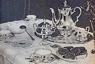 Photo: Uzsonnaasztal, fehér azsúrdíszes abrosszal. Ezüst cukortartó, kávéskanna, tejeskanna. Csiszolt üveg-tál a tejszínhabnak. - Powieczorek.