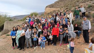 Foto de familia de los participantes en la reforestación.