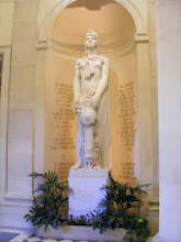 Photo: And also some free standing statuary. This room as used as a meeting place for assembly members and journalists.