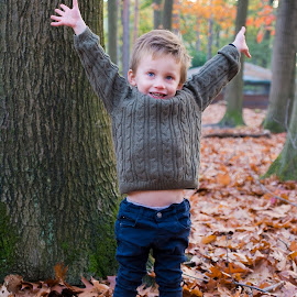 Autumn fun by Paula NoGuerra - Babies & Children Child Portraits ( play, fall, autumn, fun )