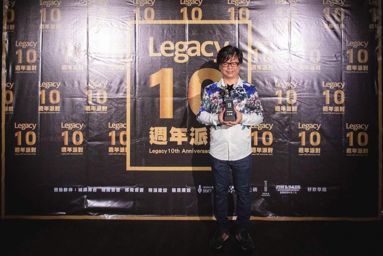 曾入圍金曲獎的全盲鋼琴詩人王俊傑,在Legacy舉辦無光演唱會,堪稱環保愛地球的最佳表率。Legacy特頒「節能減碳」獎項紀錄此難得的演出模式