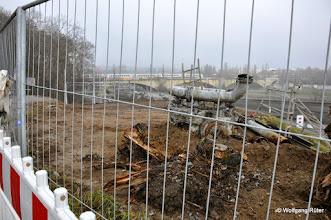 Photo: Baumstümpfe und ein Pumpen-Torso eines abgerissenen Sprudlers