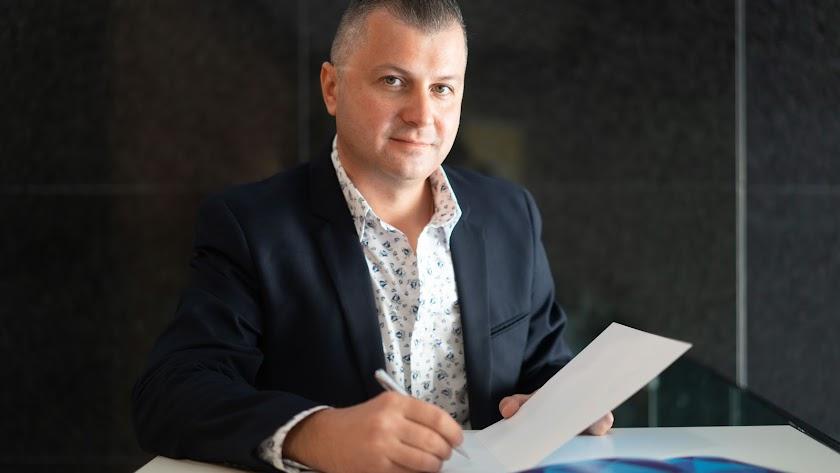 Viktor Kotsur, agente inmobiliario.