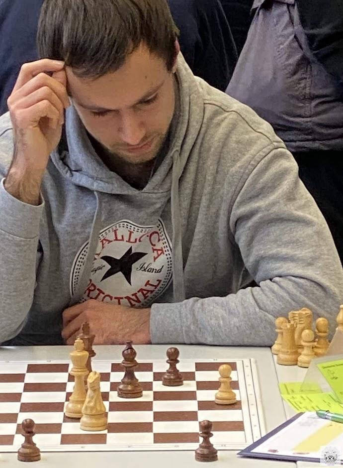 Silvio spielt in Runde 5 gegen Divine Enekwizu (SV Rochade Magdeburg 96)
