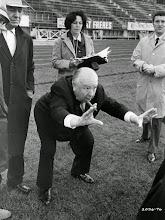 """Photo: Hitchcock dirige o final alternativo do duelo em """"Topázio""""."""