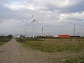 Photo: Skibsværft og olierafinaderi i området