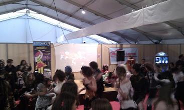 Photo: Un groupe de cosplay en train de danser sur Just Dance 3 avec la Kinect